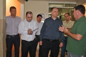o vereador Jair Brugnago que é diretor do Colégio São Cristóvão mostra a estrutura da instituição aos representantes da Sociesc e empresários.